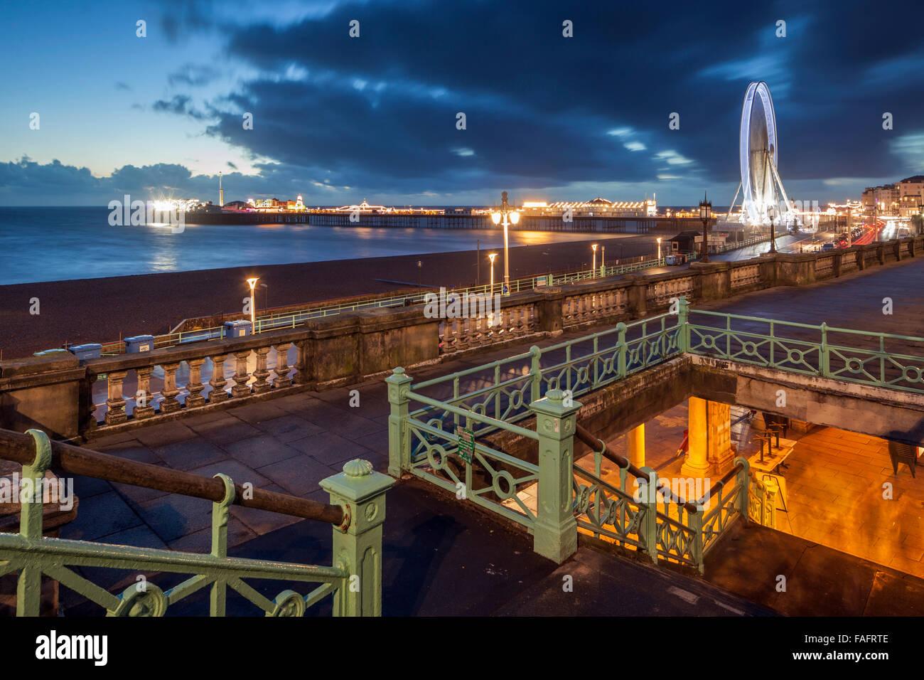 La nuit tombe sur le front de mer de Brighton, East Sussex, Angleterre. Photo Stock