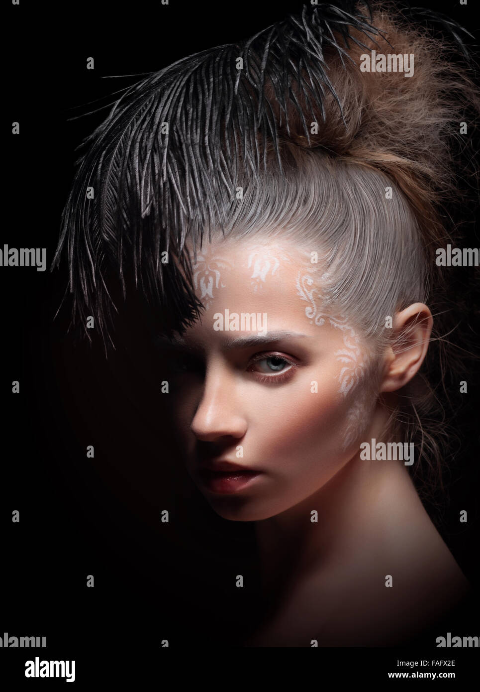 Belle femme avec plume. Art make-up. Photo Stock
