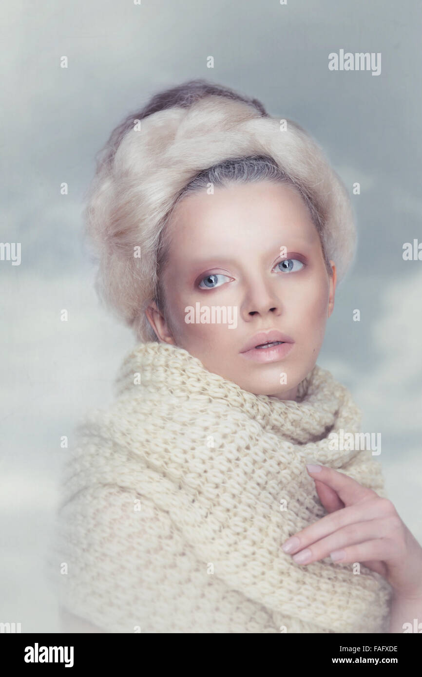 Beauté femme romantique avec dans les nuages. Photo Stock