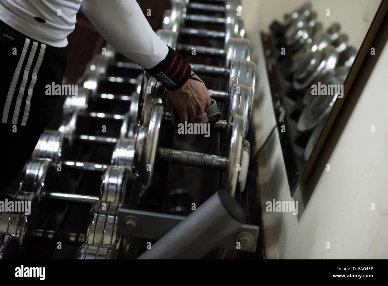 (151230) -- LE CAIRE, 30 décembre 2015 (Xinhua) -- Kholoud Essam prend des exercices de musculation dans une Photo Stock