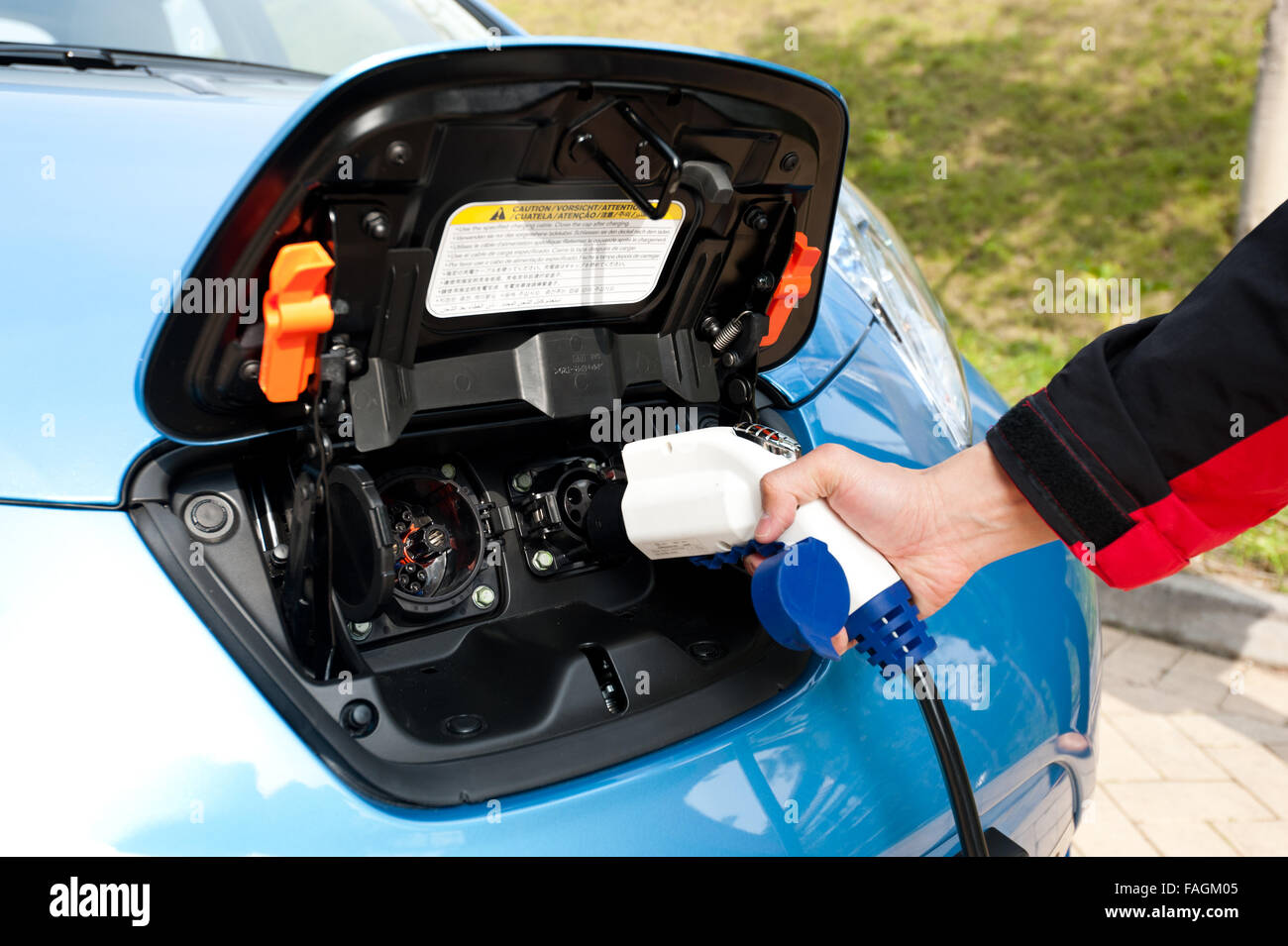 Point de recharge avec prise et cordon d'alimentation pour les voitures électriques et hybrides. L'accent Photo Stock