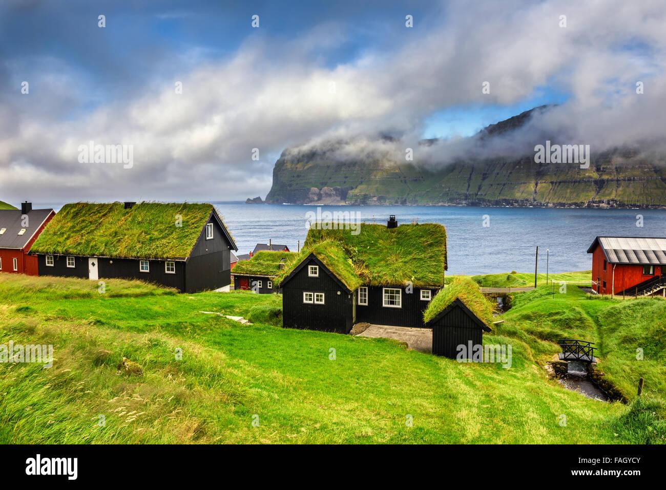 Village d'Mikladalur situé sur l'île de Kalsoy, îles Féroé, Danemark Photo Stock