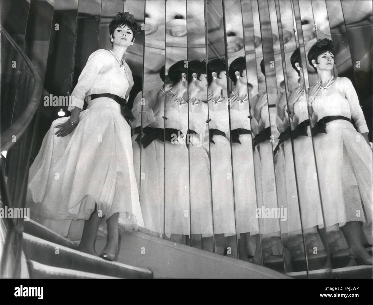 1963 - Grands couturiers présentent leurs printemps été mode   un aperçu de  la Coco Chanel 1963 Nouvelle ligne   La photo montre la robe de soirée  d organdi ... 0e386340178