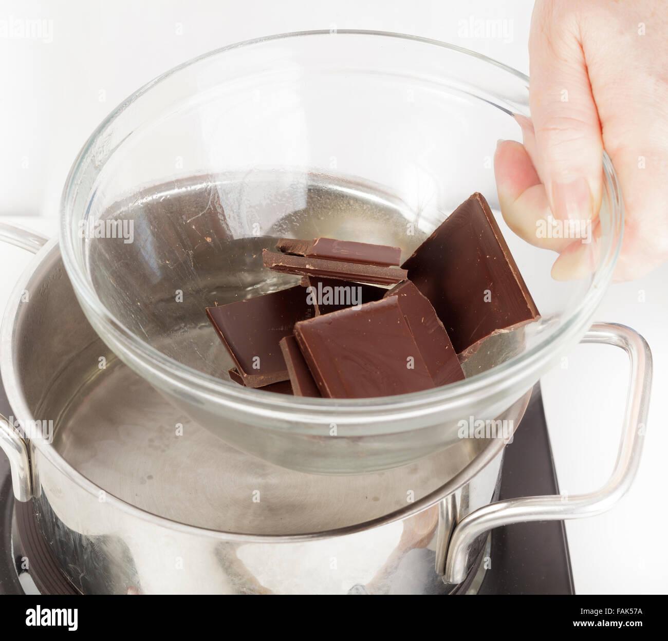 Mettre bol de chocolat sur casserole d'eau à fondre en bain-marie Banque D'Images