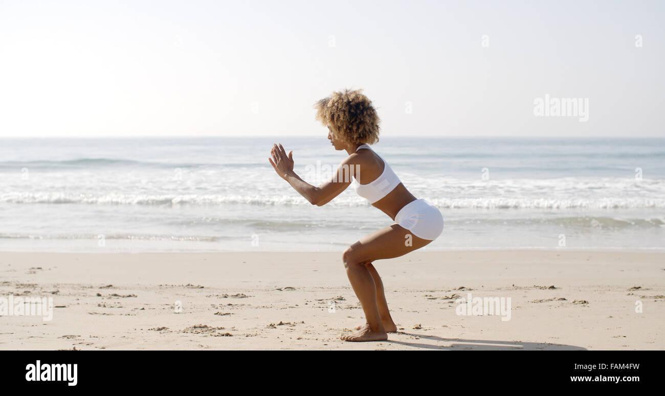 Femme faisant des exercices de squat Photo Stock