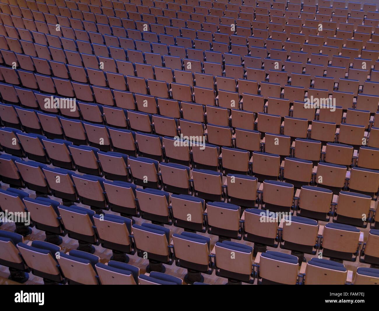 Des rangées de sièges dans une salle de concert. Photo Stock
