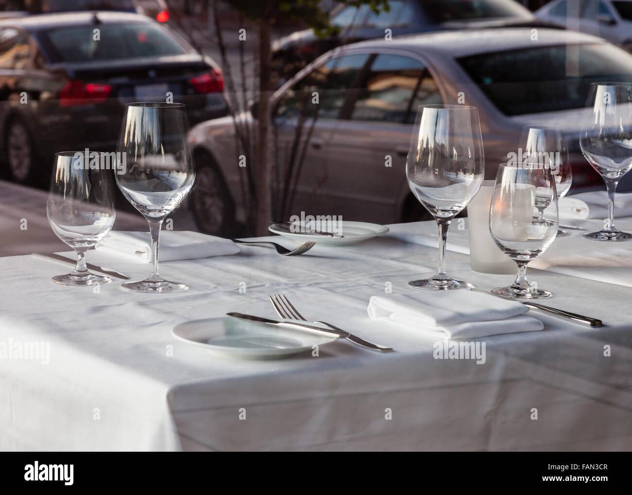 Belle Table à manger dans un restaurant avec des serviettes de table nappe blanche et verres à vin. Photo Stock
