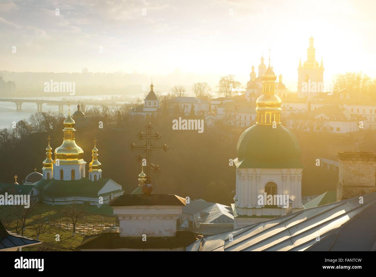 Églises dans Kyev-Pechersk Lavra en hiver matin Banque D'Images