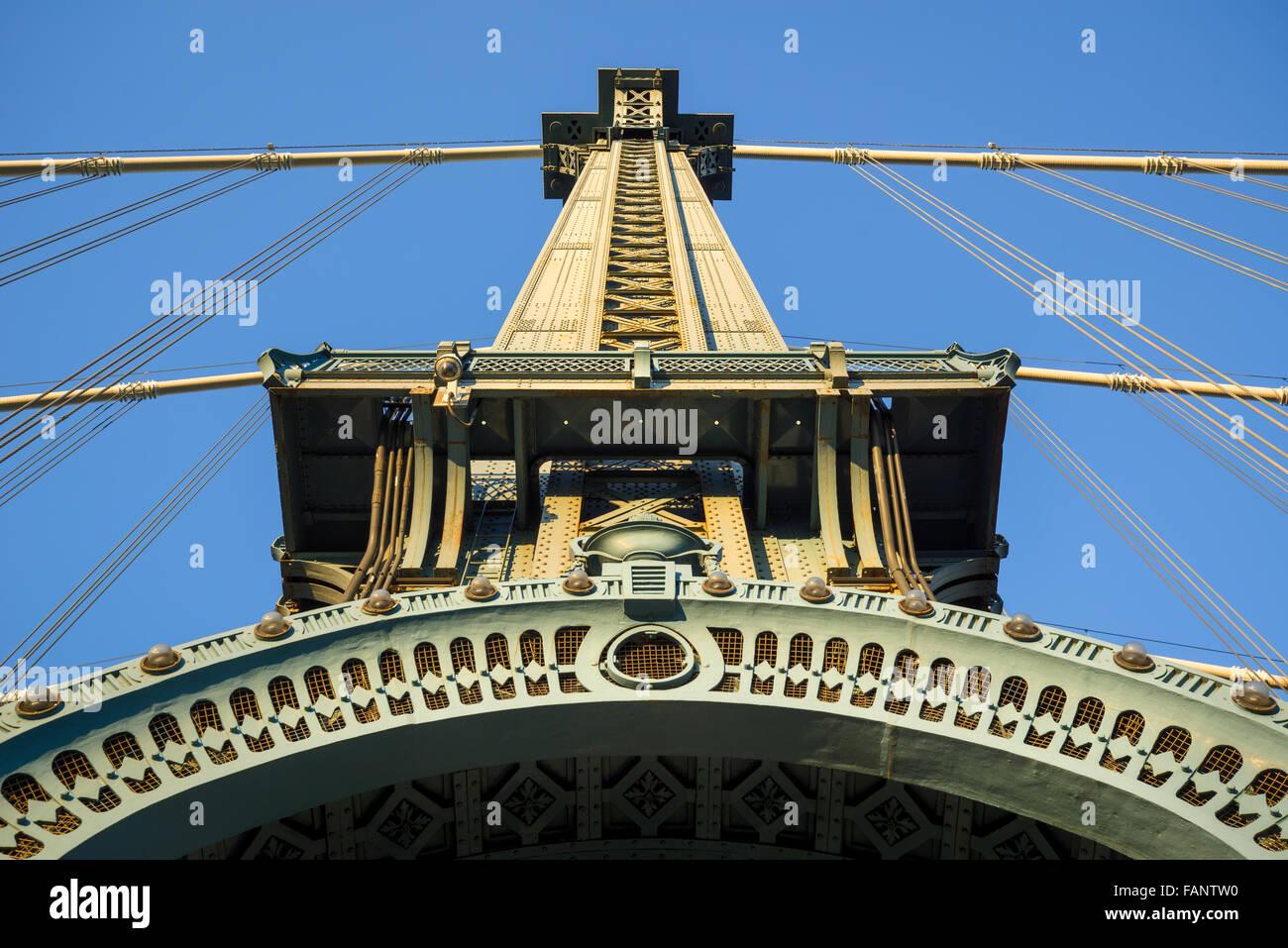 Style Beaux-Arts détail architectural de la tour du pont de Manhattan avec arch et les câbles au coucher du soleil, Banque D'Images