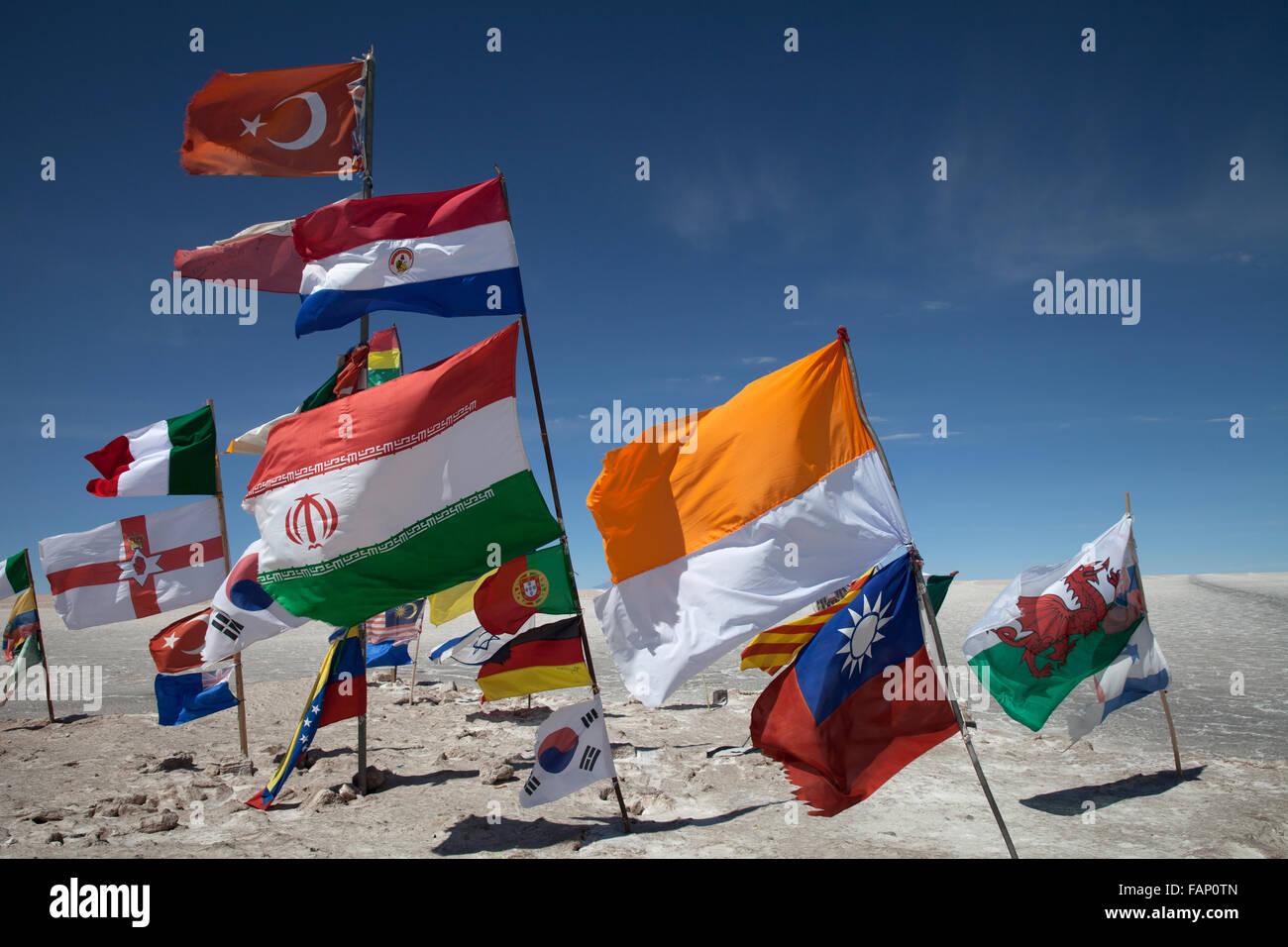 Drapeaux de différents pays voler de posts sur le Salar de Uyuni (Salines d'Uyuni en Bolivie) Photo Stock
