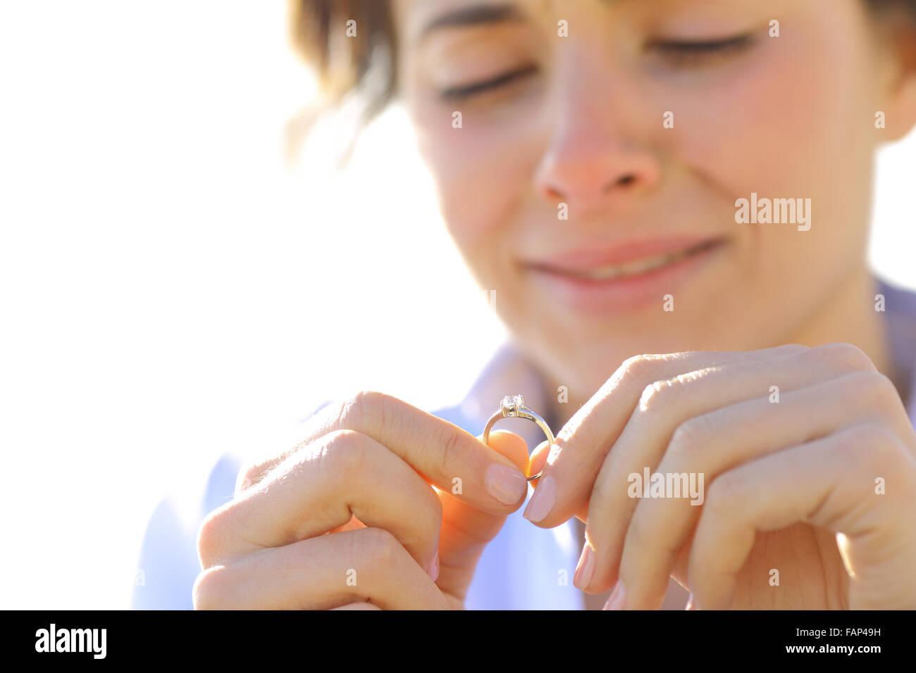 Triste petite amie pleurer tandis qu'est à sa bague de fiançailles Photo Stock