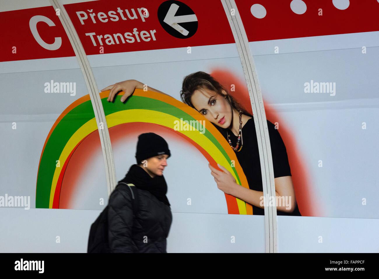 Annoncer sur l'un des tunnels d'accès métro de Prague. 'Singles' wagons seulement à Photo Stock