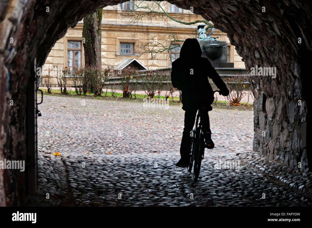 Embarquement au passage de la forteresse de Suomenlinna, Helsinki, Finlande. L'un des plusieurs tunnels qui relient différentes routes dans les zones rocheuses à l'Est Banque D'Images