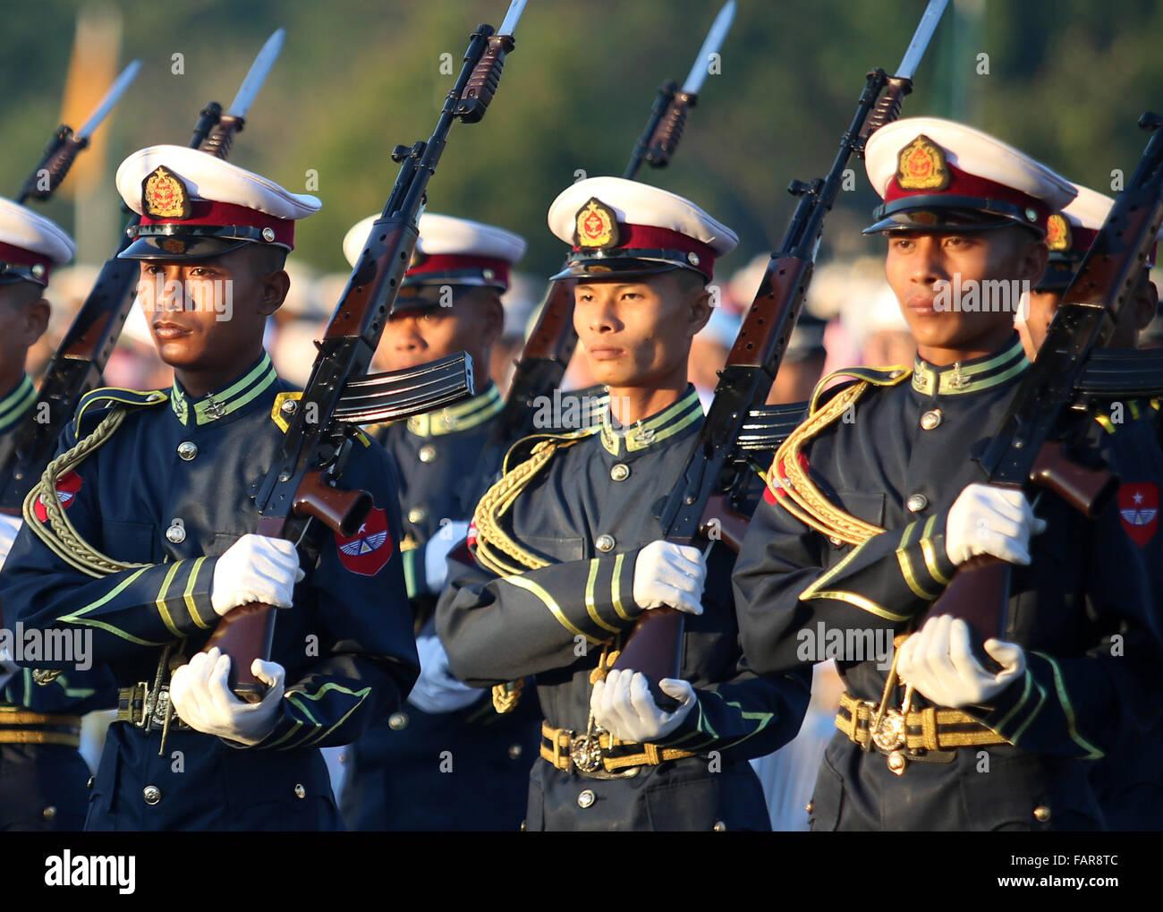 Nay Pyi Taw, le Myanmar. 4 janvier, 2016. Garde d'honneur militaire du Myanmar assister à une cérémonie pour célébrer le 68e jour de l'indépendance du Myanmar à Nay Pyi Taw, le Myanmar, le 4 janvier 2016. Credit: U Aung/Xinhua/Alamy Live News Banque D'Images