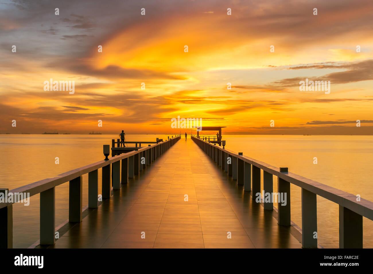 L'été, les voyages, vacances et Maison de Vacances - concept jetée en bois entre le coucher du Photo Stock
