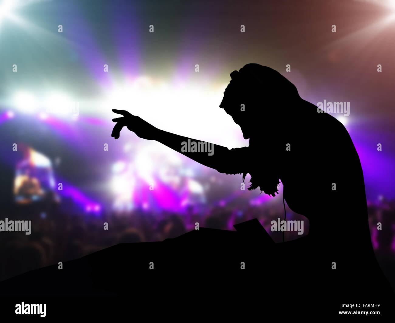 Avec un casque DJ night club à partie dans le cadre des spots et les gens foule en arrière-plan Photo Stock