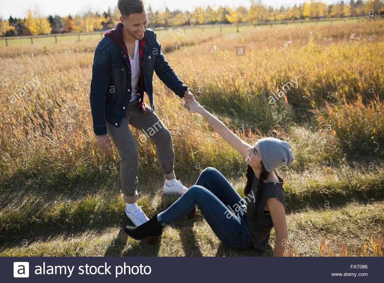 Copain copine aider jusqu'à la zone Photo Stock