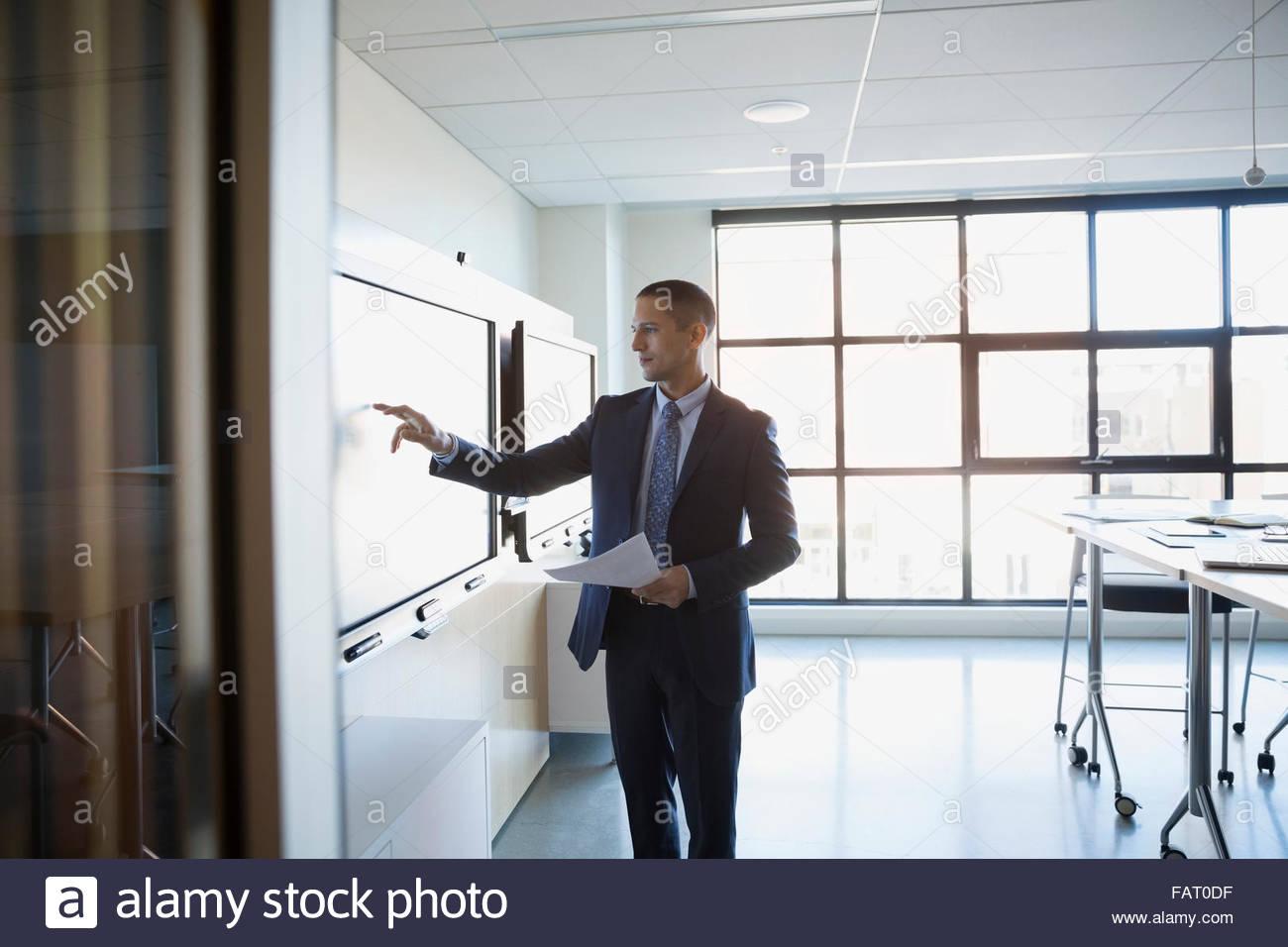 Portrait d'un écran tactile dans la salle de conférence Photo Stock