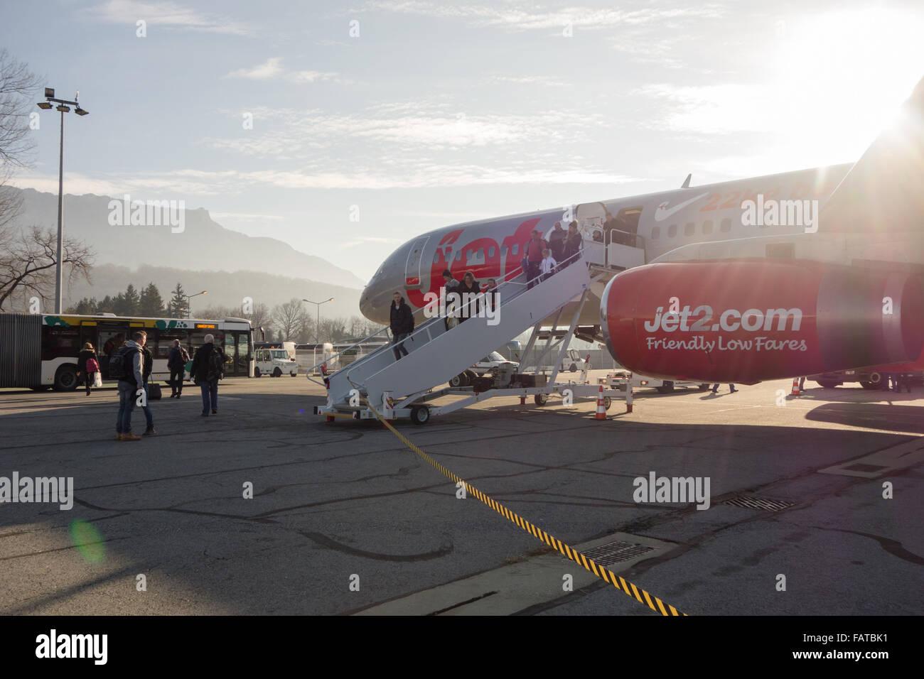 Les passagers débarquant d'avion Jet2 à l'aéroport de Chambéry, France Photo Stock