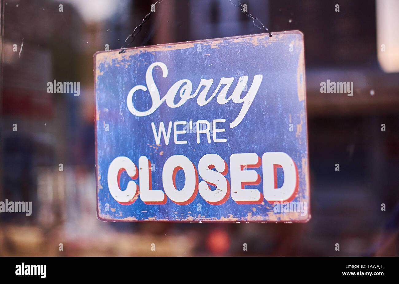 Désolés Nous sommes fermé boutique affiche de porte en bleu et blanc Photo Stock