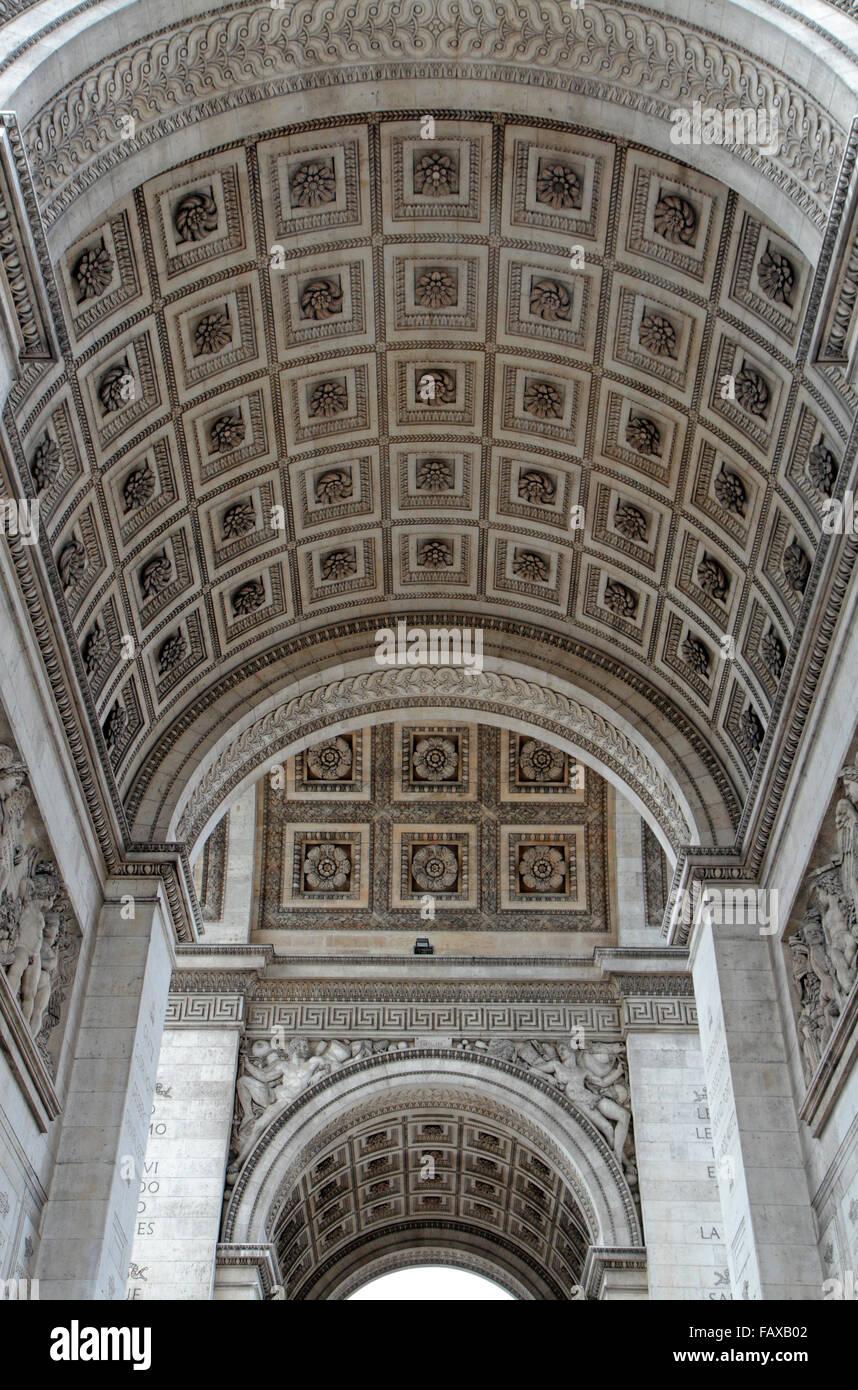 Vue de l'intérieur de l'toit voûté de l'Arc de Triomphe à Paris, France. Photo Stock