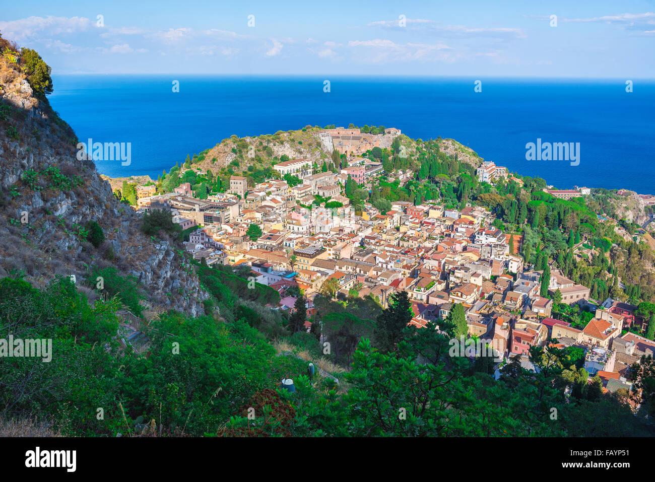 Vue de Taormina en Sicile, Taormina et la mer Méditerranée à partir de hauteurs surplombant la ville, Photo Stock