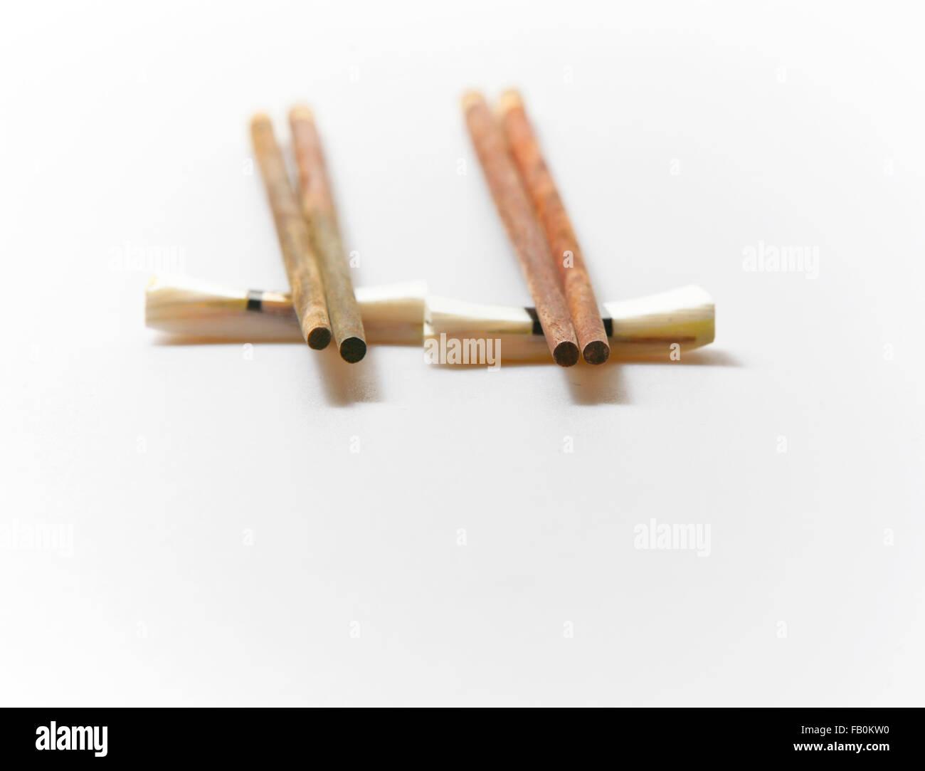 Baguettes baguettes et reste sur fond blanc avec copie espace Photo Stock