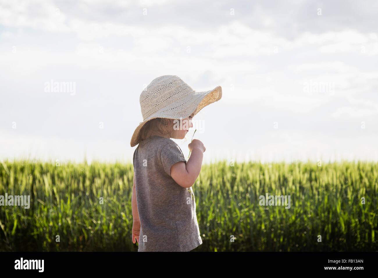 Portrait de jeune fille au chapeau de paille Photo Stock