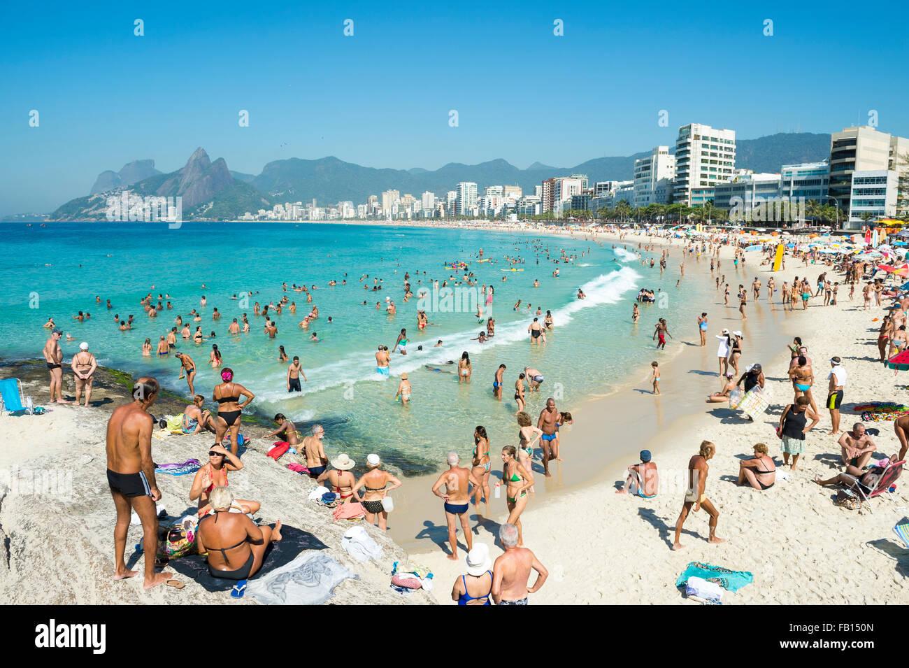 RIO DE JANEIRO, Brésil - février 08, 2015: amateurs de profiter d'une mer calme à l'Arpoador Photo Stock