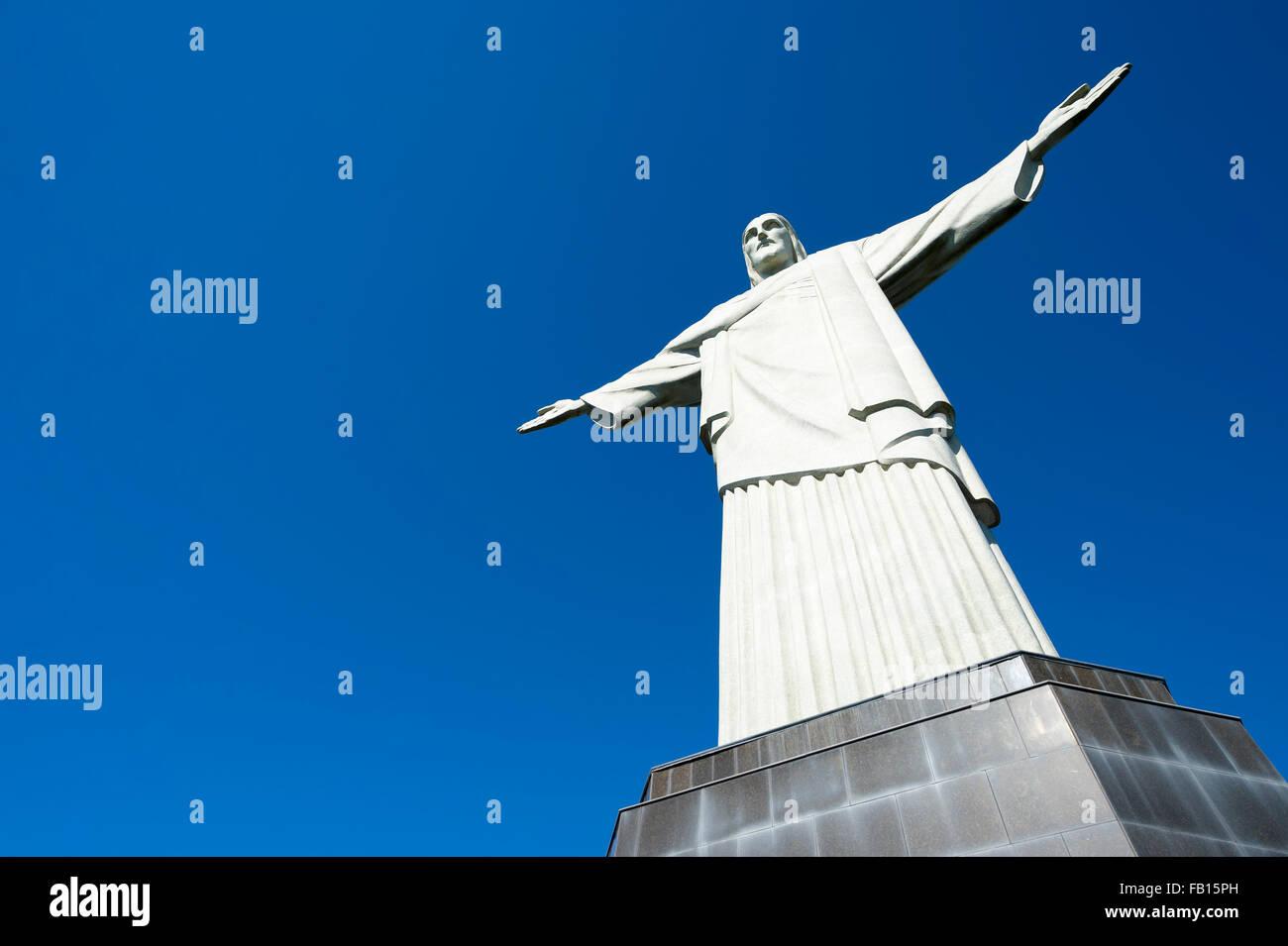 RIO DE JANEIRO, Brésil - Mars 05, 2015: Statue du Christ Rédempteur se dresse sur sa base au sommet Photo Stock