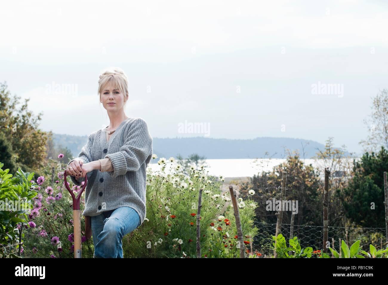 Portrait of mid adult woman creuser dans le jardin bio, Orust, Suède Photo Stock