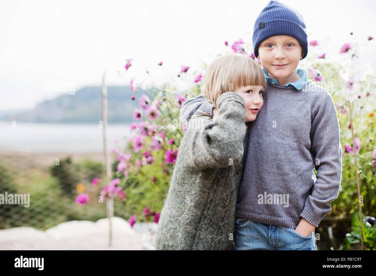 Les garçons dans le jardin organique Photo Stock
