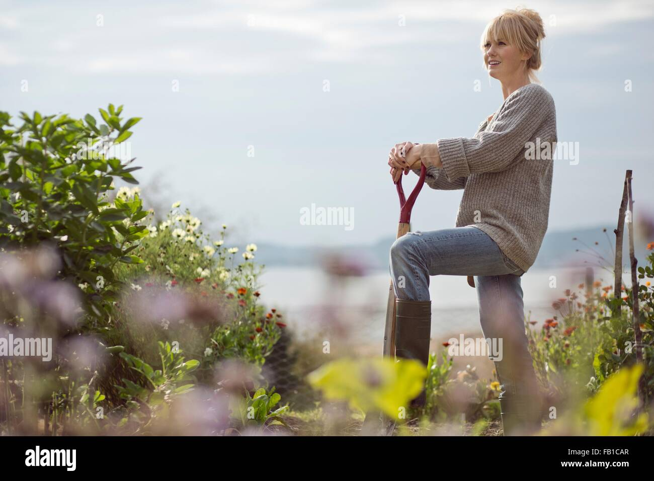 Portrait of mid adult woman in jardin bio, Orust, Suède Photo Stock