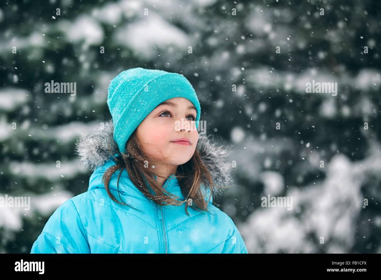 Girl wearing Knit hat looking away, neige Photo Stock