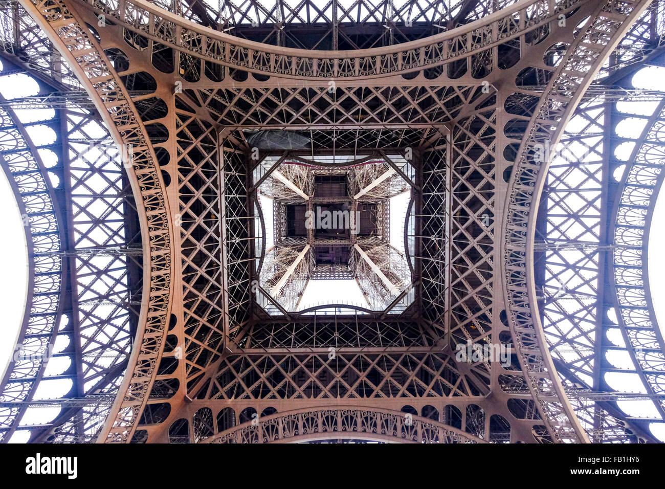 Vue du bas sous la Tour Eiffel. Photo Stock
