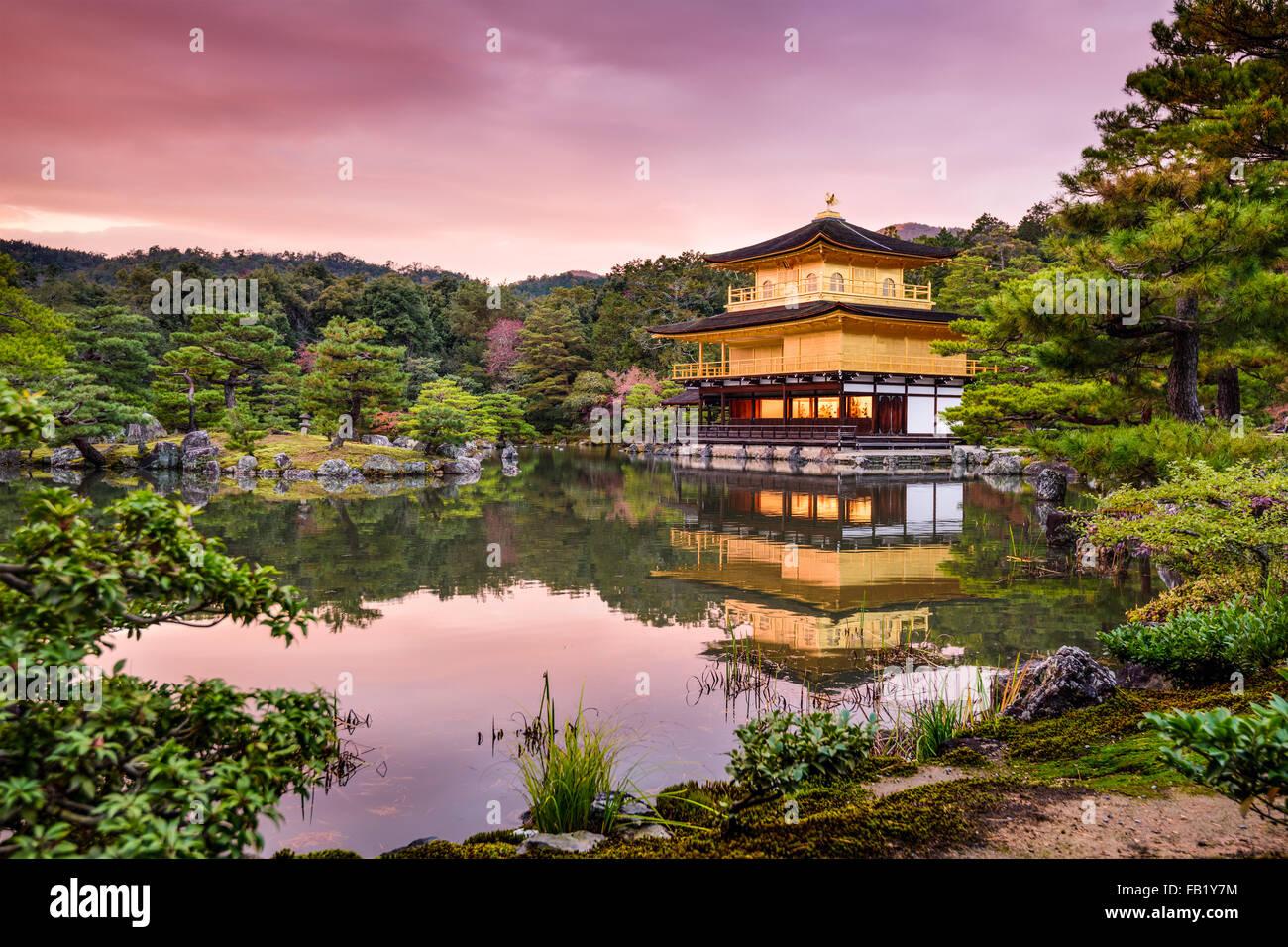 Kyoto, au Japon, au pavillon d'or au crépuscule. Photo Stock