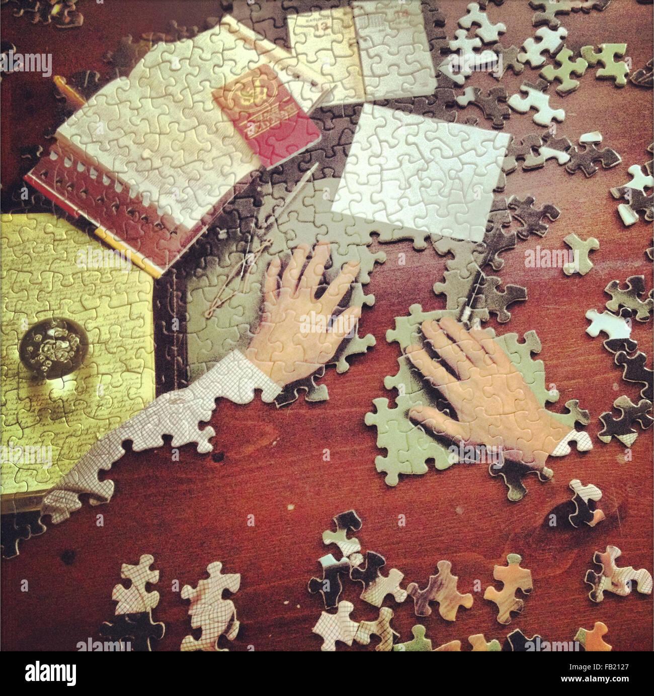 Puzzle partiellement rempli de mains Photo Stock