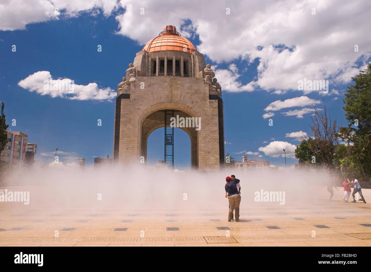 Les gens se détendre dans la fontaine de l'Arco de la Revolucion (Arc de la Révolution) à Mexico, Photo Stock