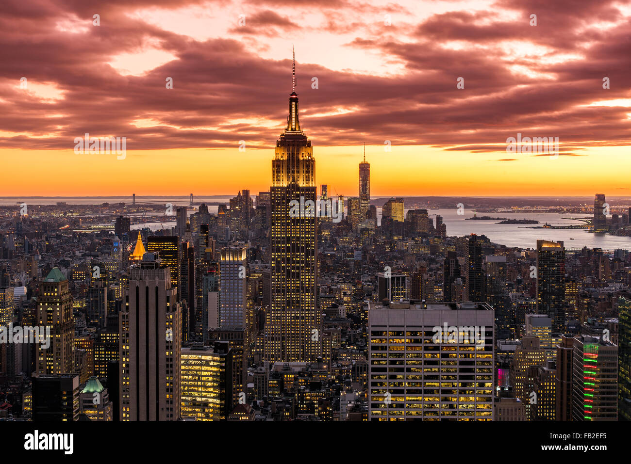 Vue sur Manhattan skyline au coucher du soleil du haut de la roche, New York, USA Photo Stock
