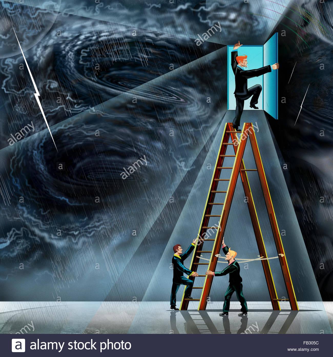 Collaborateurs holding échelle pour collègue pour ouvrir la porte à partir de la tempête de Photo Stock