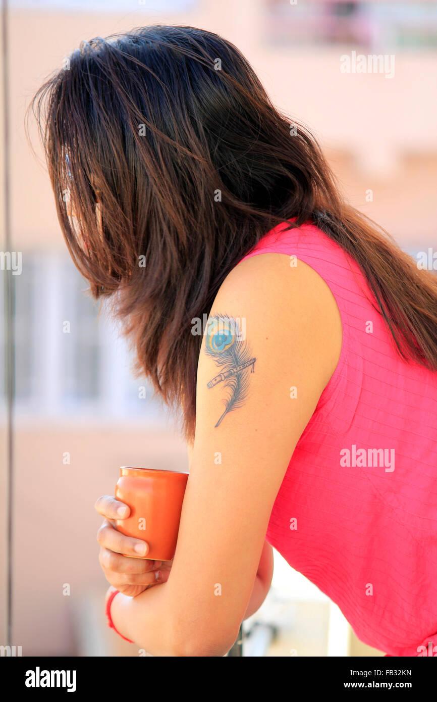 Profil De Cote D Une Femme Indienne Moderne Avec Tatouage Sur Son