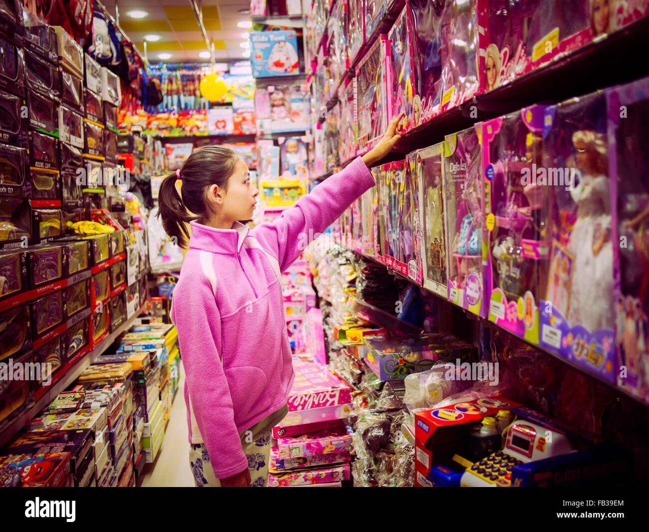 Girl shopping toys Islamabad au Pakistan Banque D'Images