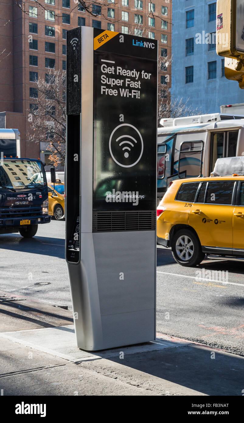 La première nouvelle borne wifi gratuit LinkNYC à New York City et Internet offrant de charge de téléphone Photo Stock