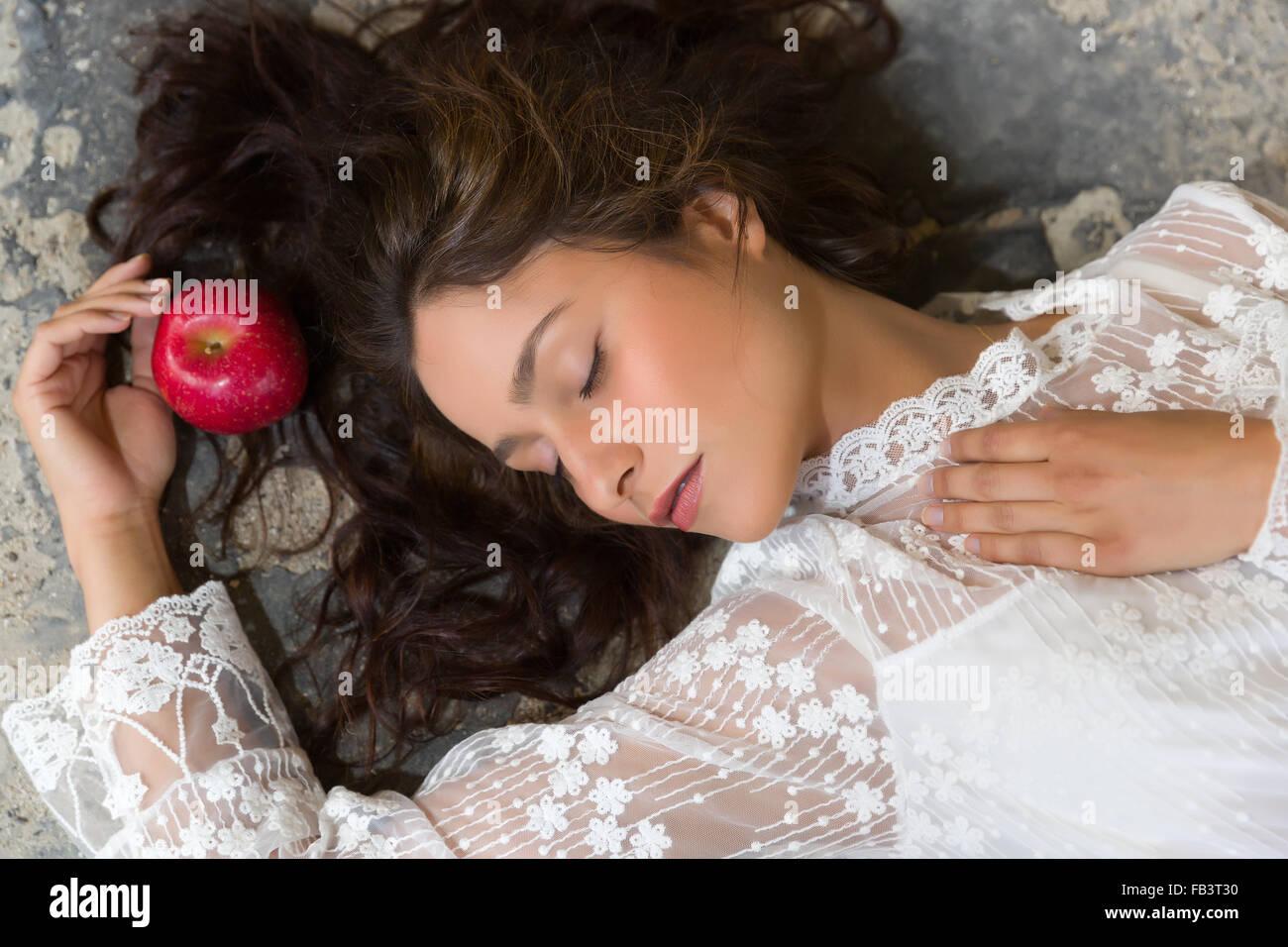 Jeune Sur Allongée Superbe Le Femme Sol Robe Blanche De En Dentelle qcAj354RL