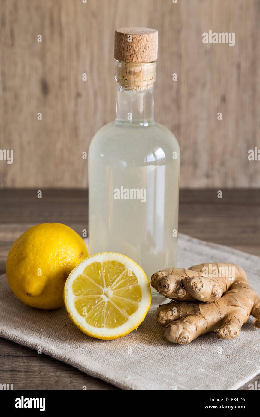Le gingembre et citron Detox boisson dans une bouteille fermée Photo Stock
