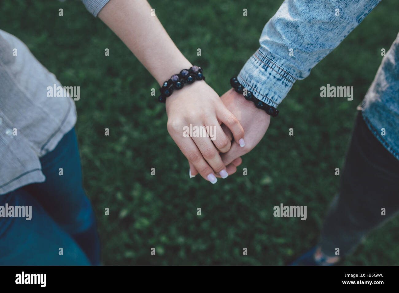 Heureux couple holding hands Photo Stock