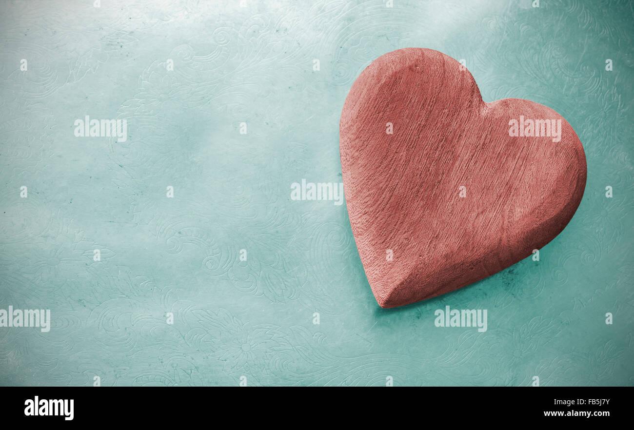 Coeur en bois aux tons Vintage sur grunge fond, l'espace pour le texte. Banque D'Images