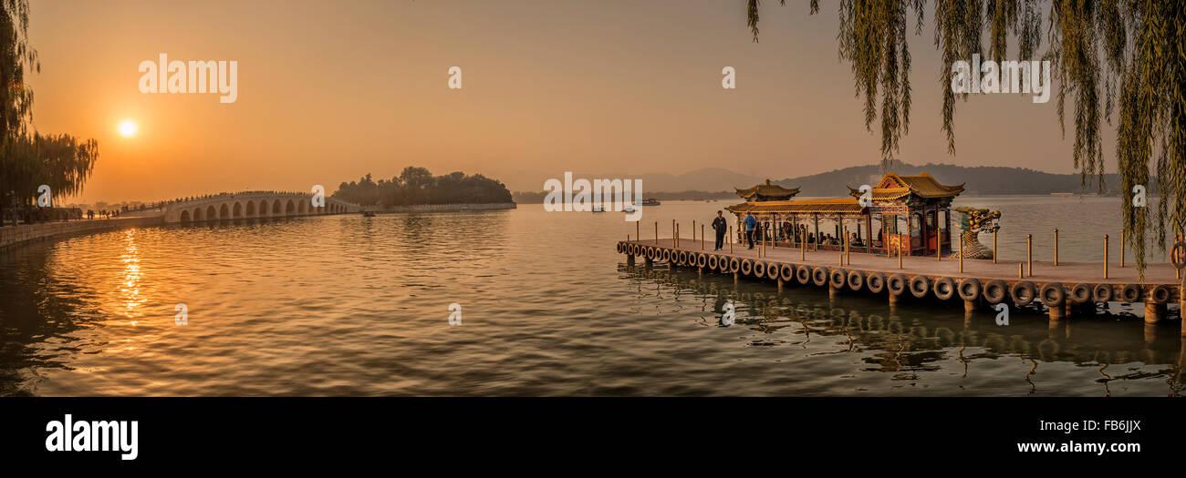 Coucher du soleil dans le Palais Royal d'été à Beijing Photo Stock