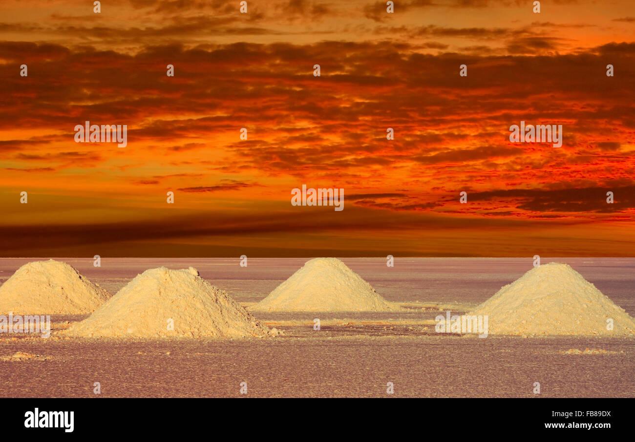 Lacs de sel Bolivie dans le coucher du soleil un lieu éloigné Photo Stock