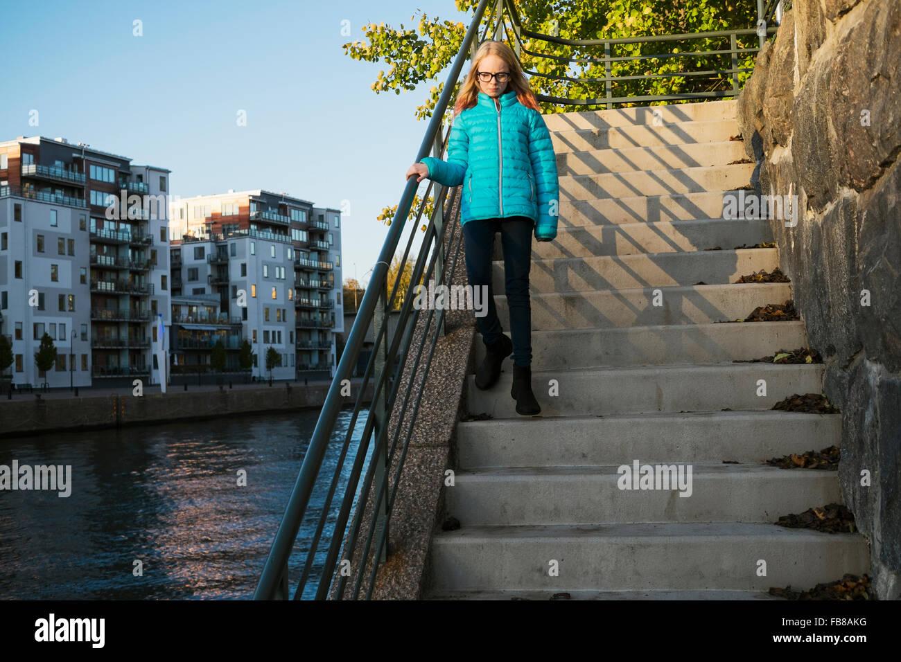 La Suède, Sodermanland, Hammarby Sjostad, Girl (12-13) walking down steps Photo Stock